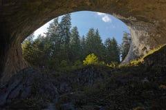 El puente más grande según lo visto de debajo, puentes maravillosos, Bulgaria Foto de archivo libre de regalías