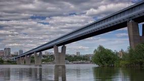 El puente más largo del metro del mundo, lapso de tiempo Rusia, Novosibirsk almacen de metraje de vídeo