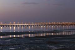 El puente más largo del mundo - puente de la bahía de Hangzhou, a través de los humedales de la bahía de Hangzhou Imágenes de archivo libres de regalías