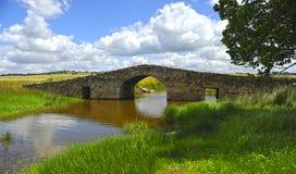 El puente medieval de Santiago de Bencaliz, provincia de Caceres, España Imagen de archivo libre de regalías