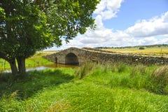 El puente medieval de Santiago de Bencaliz, provincia de Caceres, España Fotos de archivo libres de regalías