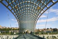 El puente moderno de la paz sobre el río Kura diseñó por Michele De Lu Fotos de archivo libres de regalías
