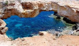 El puente natural famoso de las cuevas del mar de Ayia Napa, Chipre imagenes de archivo