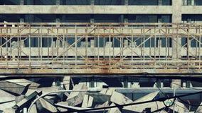 El puente oxidado en una construcción arruina el fondo metrajes