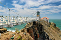 El puente para señalar a Bonita Lighthouse fuera de San Francisco, California se coloca en el extremo de puente colgante hermoso Fotografía de archivo libre de regalías