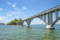 El puente peatonal en Saman Gulf Dominican Republic, conecta la costa con dos islotes minúsculos de Cayo Linares y foto de archivo