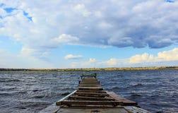 el puente pontón de madera a través del agua, el río acumula, verano Fotos de archivo libres de regalías