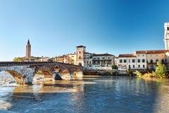 El puente Ponte Pietra In Verona, Italia Imágenes de archivo libres de regalías