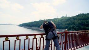 El puente prepara el seguro para el salto almacen de metraje de vídeo