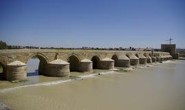 EL Puente Remano über dem Guadalquivir-Fluss in Cordova lizenzfreies stockbild