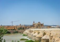 El puente romano y la iglesia de la mezquita de Córdoba a través del Gua imagenes de archivo