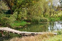 El puente rural a través del pequeño río Fotografía de archivo
