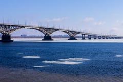 El puente Saratov Engels el río Volga Imagen de archivo libre de regalías