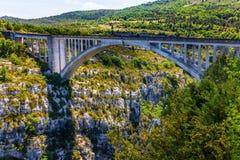 El puente sobre el barranco Verdon de la montaña Imágenes de archivo libres de regalías