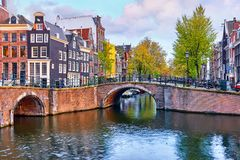 El puente sobre el canal en Amsterdam Países Bajos contiene el río Amstel Imagen de archivo libre de regalías