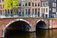 El puente sobre el canal en Amsterdam Países Bajos contiene el río Amstel Fotografía de archivo
