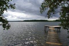 El puente sobre el lago Radodzierz en Polonia septentrional Foto de archivo libre de regalías