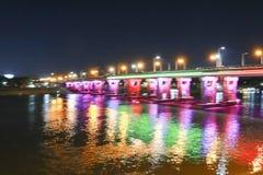 El puente sobre el río reflejo ligero del agua fotografía de archivo