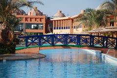 El puente a través de la piscina en el territorio del hotel titánico el Oriente Imagenes de archivo