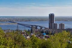 El puente a través de Volga en Saratov Imagen de archivo
