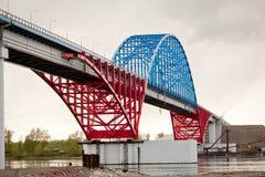 El puente a través de Yenisei cerca a Krasnoyarsk. Foto de archivo libre de regalías