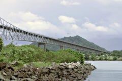 El puente a través del Canal de Panamá Imagen de archivo