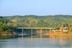 El puente a través del fondo del río con la montaña Imágenes de archivo libres de regalías
