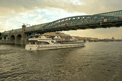 El puente a través del río de Moscú Imágenes de archivo libres de regalías