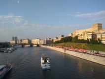 El puente a través del río de Moscú Fotos de archivo