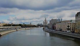 El puente a través del río de Moscú Imagen de archivo
