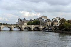 El puente a través del río el Sena fotos de archivo libres de regalías