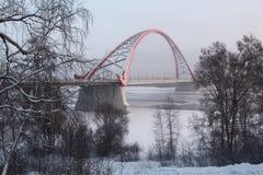 El puente a través del río Obi en Novosibirsk Foto de archivo libre de regalías