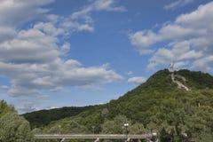 El puente a través del Seversky Donets en Svyatogorsk, llevando a Foto de archivo
