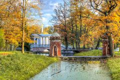 El puente turco rojo de la cascada y del mármol en caída de oro en Catherine parquea, Pushkin, St Petersburg, Rusia imágenes de archivo libres de regalías