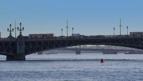El puente viejo de Troitsky del hierro almacen de metraje de vídeo