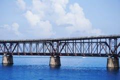 El puente viejo del tren de Flagler el día soleado de s en las llaves con las nubes hinchadas blancas Foto de archivo libre de regalías