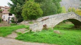 El puente viejo en el pueblo de Miravete de la Sierra metrajes