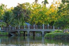 El puente viejo sobre el canal en el parque Fotografía de archivo libre de regalías