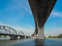 El puente viejo y un nuevo puente fotografía de archivo libre de regalías