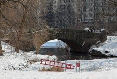 El puente y el hielo de piedra rescatan la escalera en Central Park Imagen de archivo