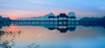 El puente y el pabellón en el lago en la salida del sol parquean Hpa-An, Myanmar imágenes de archivo libres de regalías