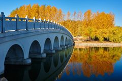 El puente y el paisaje otoñal Imagen de archivo libre de regalías