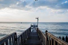El puente y el pavillion en el mar con la gente caminan en el puente Fotos de archivo