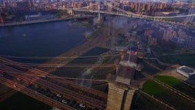 El puente y el río de NYC Nueva York Brooklyn del pájaro aéreo 4k observan el tiro, horizonte asombroso con los rascacielos metrajes