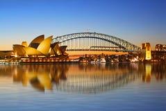 El puente y el teatro de la ópera del puerto de Sydney Foto de archivo libre de regalías