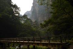 El puente y la cuerda alrededor del parque se arrastran en el área escénica de Wulingyuan Imagenes de archivo