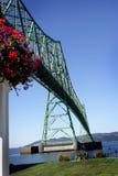 El puente y las flores de Astoria Fotos de archivo libres de regalías