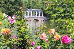 El puente y las flores de mármol en Catherine parquean, Tsarskoe Selo, St Petersburg, Rusia imagenes de archivo
