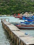 El puente y muchos barcos el embarcadero de Hon Khoi en Khanh Hoa, Vietnam Foto de archivo