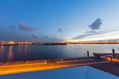 El puerto de Hamburgo en la puesta del sol Foto de archivo libre de regalías